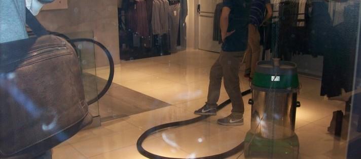 Čištění podlah a voskování na prodejně v Praze