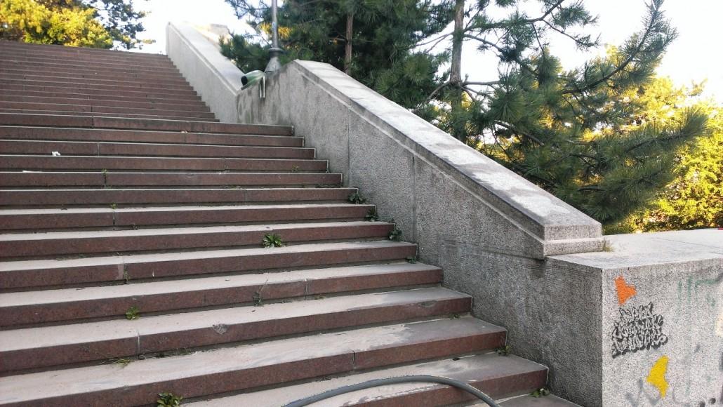 Odstranění graffity na pomníku v Praze
